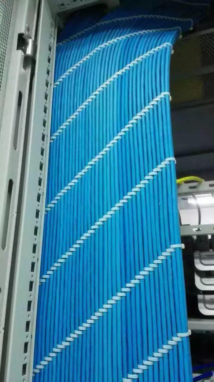 《弱电工程机柜理线施工图片展示》